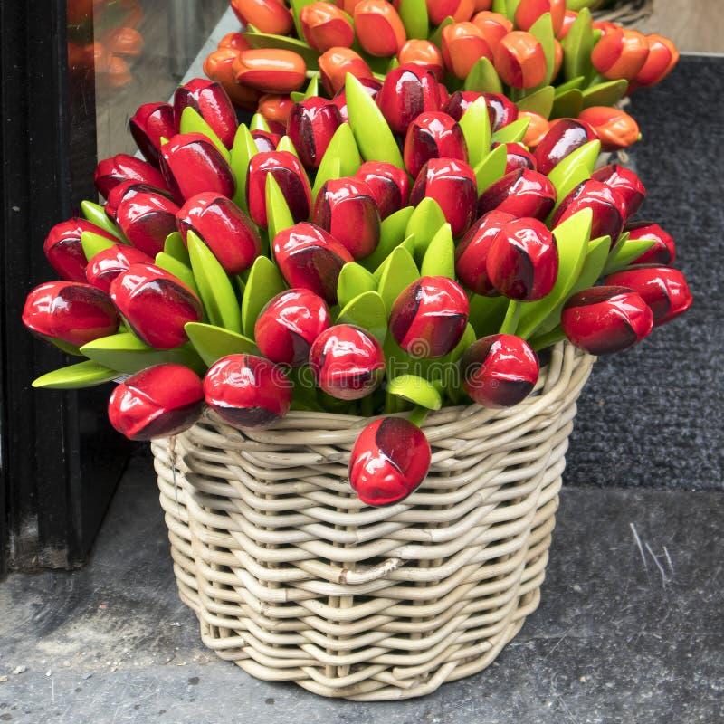 Τα αναμνηστικά σε Bloemenmarkt - να επιπλεύσει αγορά λουλουδιών στο κανάλι Singel φυλακτών netherlands στοκ εικόνα