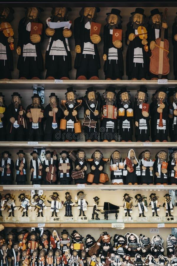 Τα αναμνηστικά στην πώληση σε μια αγορά χρονοτριβούν στο εβραϊκό τέταρτο στην Πράγα, Δημοκρατία της Τσεχίας στοκ φωτογραφίες