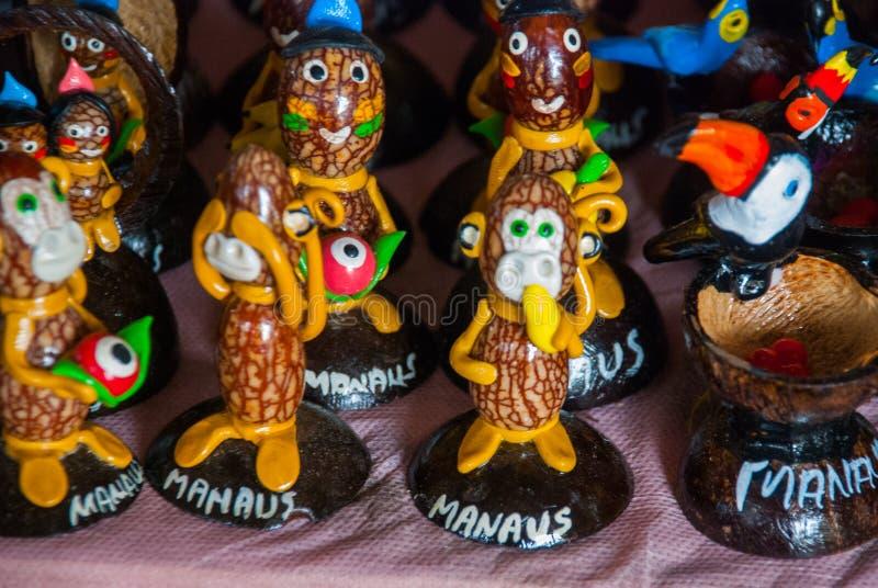 Τα αναμνηστικά στο τροπικό δάσος του Αμαζονίου έκαναν από τα τοπικά καρύδια και τα ζώα κοντά σε Iquitos Αγορά για τους τουρίστες  στοκ φωτογραφία με δικαίωμα ελεύθερης χρήσης