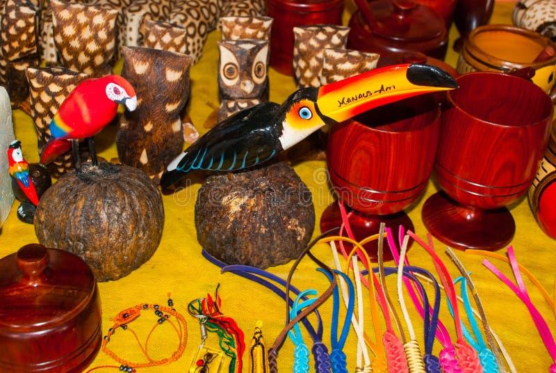 Τα αναμνηστικά στο τροπικό δάσος του Αμαζονίου έκαναν από τα τοπικά καρύδια και τα ζώα κοντά σε Iquitos Αγορά για τους τουρίστες  στοκ εικόνα