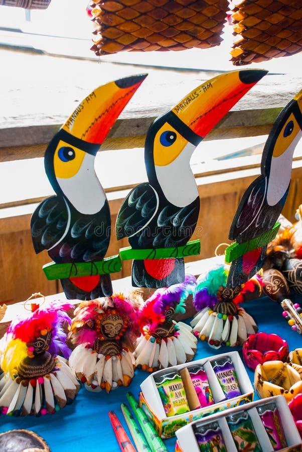 Τα αναμνηστικά στο τροπικό δάσος του Αμαζονίου έκαναν από τα τοπικά καρύδια και τα ζώα κοντά σε Iquitos Αγορά για τους τουρίστες  στοκ φωτογραφίες
