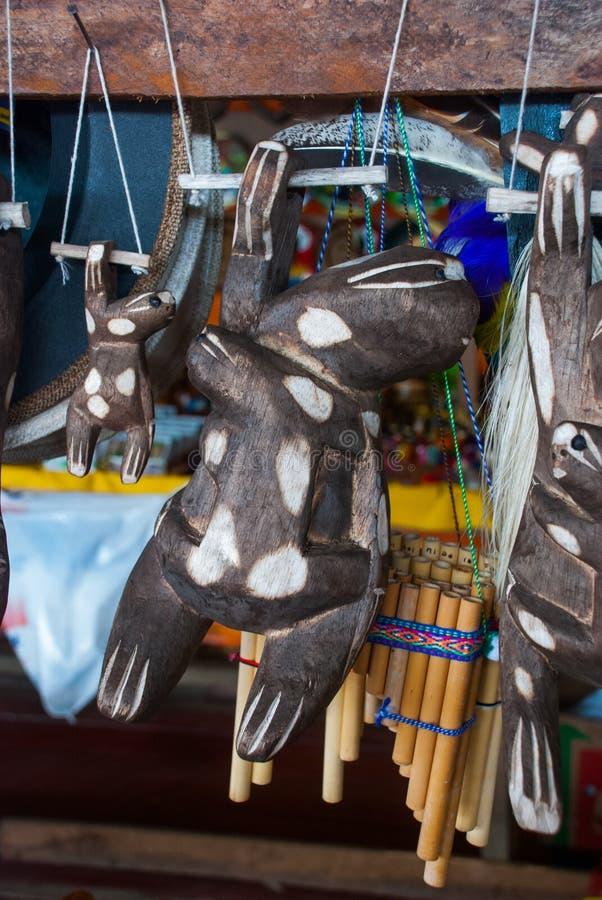 Τα αναμνηστικά στο τροπικό δάσος του Αμαζονίου έκαναν από τα τοπικά καρύδια και τα ζώα κοντά σε Iquitos Αγορά για τους τουρίστες  στοκ εικόνες