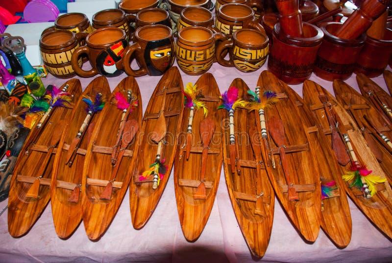 Τα αναμνηστικά στο τροπικό δάσος του Αμαζονίου έκαναν από τα τοπικά καρύδια και τα ζώα κοντά σε Iquitos Αγορά για τους τουρίστες  στοκ εικόνα με δικαίωμα ελεύθερης χρήσης