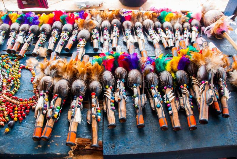 Τα αναμνηστικά στο τροπικό δάσος του Αμαζονίου έκαναν από τα τοπικά καρύδια και τα ζώα κοντά σε Iquitos Αγορά για τους τουρίστες  στοκ εικόνες με δικαίωμα ελεύθερης χρήσης