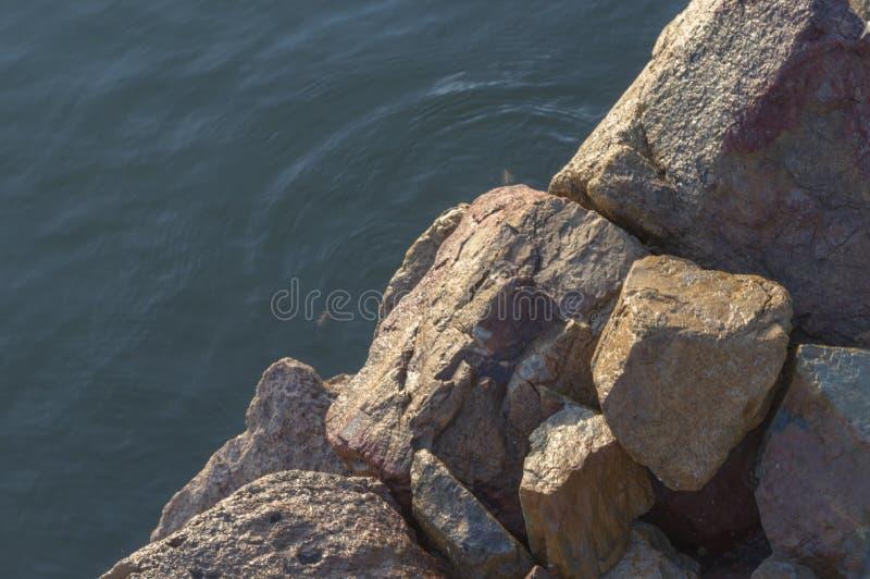 Τα αναχώματα εν πλω αποτελούνται από την πέτρα, αποβάθρα, πρόσδεση των μικρών αλιευτικών σκαφών στοκ εικόνες