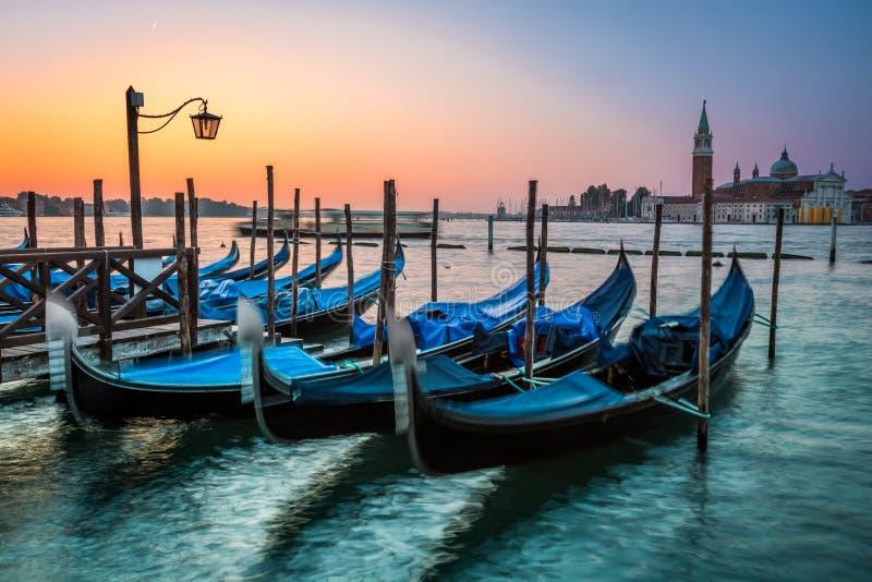 Ταλαντεμένος γόνδολες στη Βενετία στην αυγή στοκ φωτογραφίες