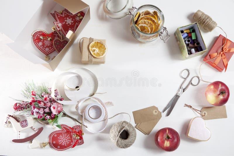 Τα απαραίτητα στοιχεία για το τύλιγμα των δώρων για τα Χριστούγεννα στοκ φωτογραφίες με δικαίωμα ελεύθερης χρήσης
