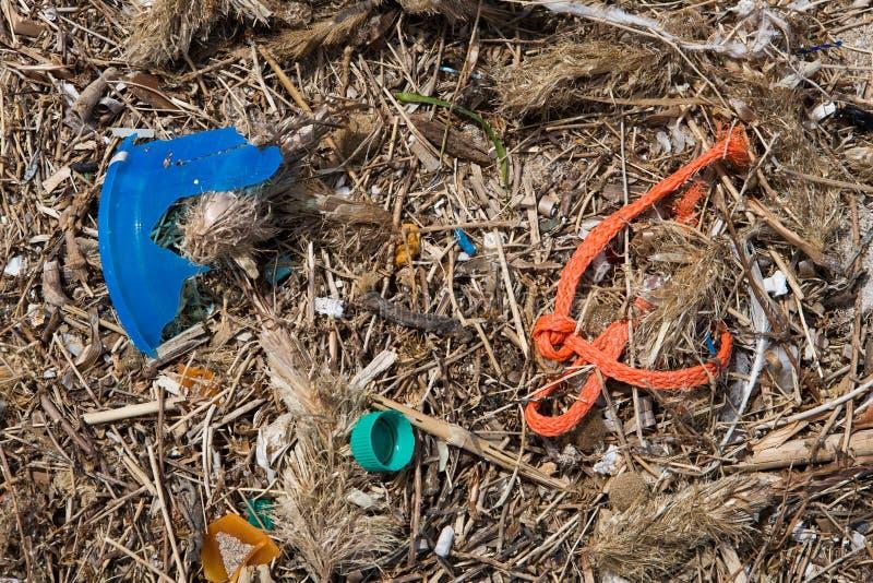 Τα απορρίματα έπλυναν επάνω στην παραλία στοκ φωτογραφίες