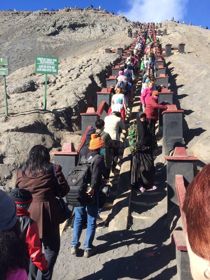 Τα απότομα σκαλοπάτια που οδηγούν να τοποθετηθεί ο κρατήρας Bromo στην Ιάβα, Ινδονησία στοκ φωτογραφία με δικαίωμα ελεύθερης χρήσης