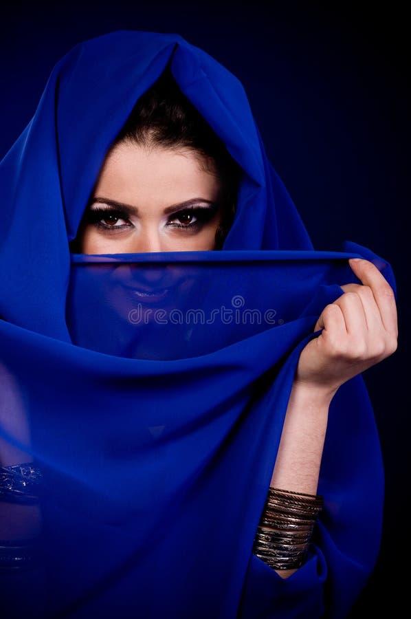 τα αραβικά ενδύματα χρωματίζουν τη γυναίκα στοκ φωτογραφία