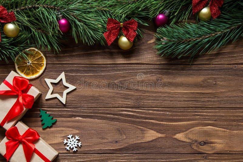 Τα αρχικά Χριστούγεννα ψάρεψαν την έκθεση με το κιβώτιο δύο δώρων, snowflake, αστέρι, firtree, φέτα του λεμονιού στον ξύλινο στοκ εικόνα με δικαίωμα ελεύθερης χρήσης