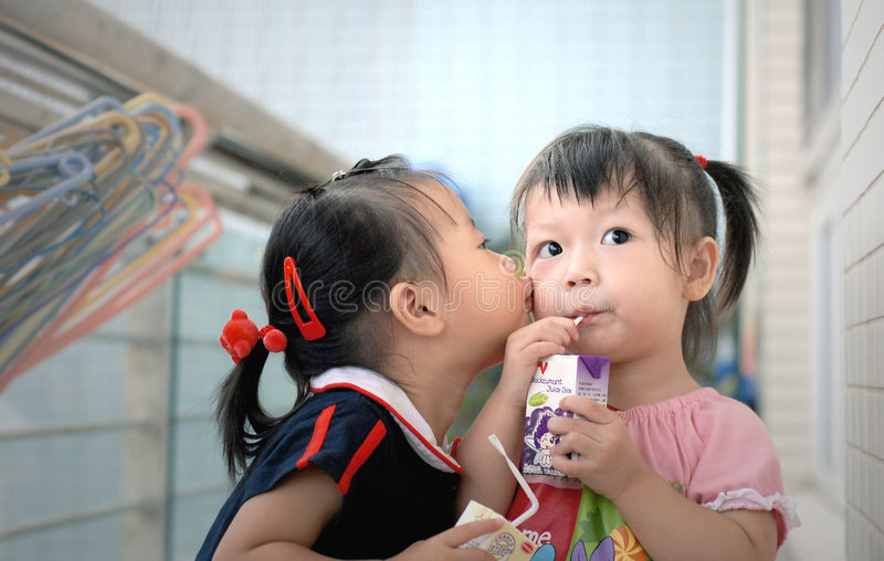 τα ασιατικά παιδιά φιλούν στοκ φωτογραφίες με δικαίωμα ελεύθερης χρήσης