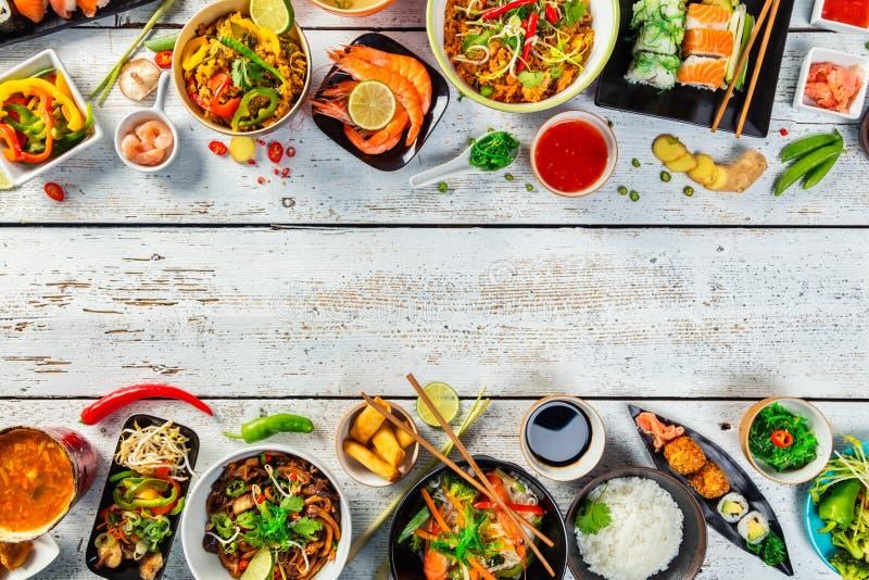 Τα ασιατικά τρόφιμα εξυπηρέτησαν στον ξύλινο πίνακα, τοπ άποψη, διάστημα για το κείμενο στοκ εικόνες