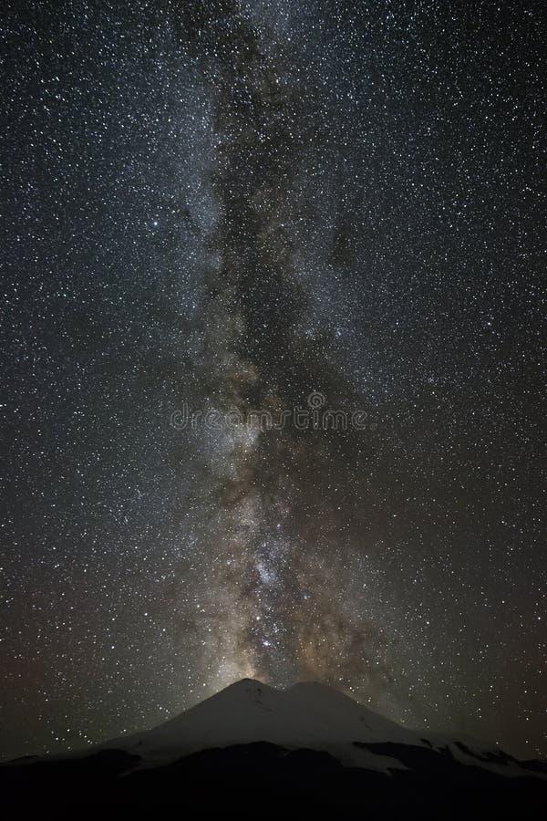 Τα αστέρια του γαλακτώδους τρόπου τη νύχτα στον ουρανό τοποθετούν ανωτέρω Elbrus στοκ εικόνα