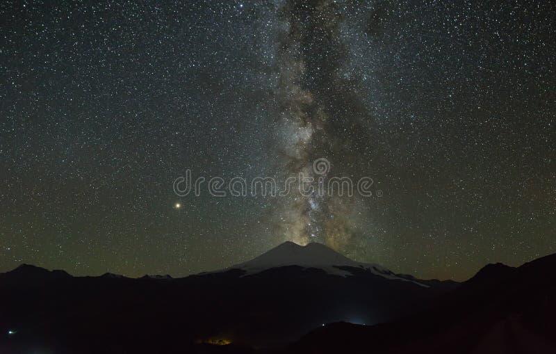 Τα αστέρια του γαλακτώδους τρόπου τη νύχτα στον ουρανό τοποθετούν ανωτέρω Elbrus στοκ φωτογραφία με δικαίωμα ελεύθερης χρήσης