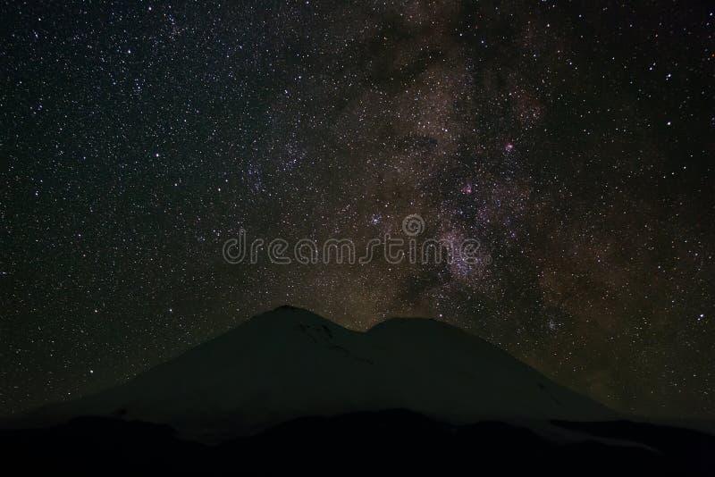 Τα αστέρια του γαλακτώδους τρόπου τη νύχτα στον ουρανό τοποθετούν ανωτέρω Elbrus στοκ εικόνες