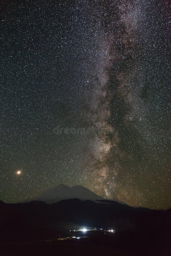 Τα αστέρια του γαλακτώδους τρόπου τη νύχτα στον ουρανό τοποθετούν ανωτέρω Elbrus στοκ φωτογραφίες με δικαίωμα ελεύθερης χρήσης