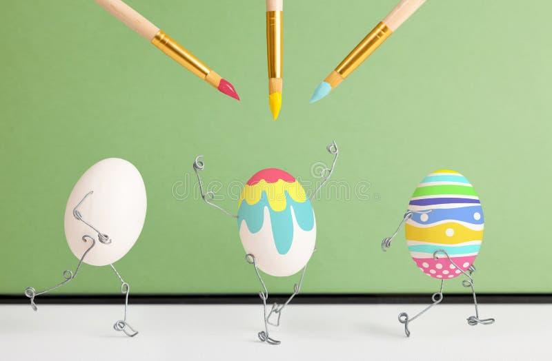 Τα αυγά Πάσχας λαμβάνουν έναν εορταστικό χρωματισμό στοκ εικόνες με δικαίωμα ελεύθερης χρήσης