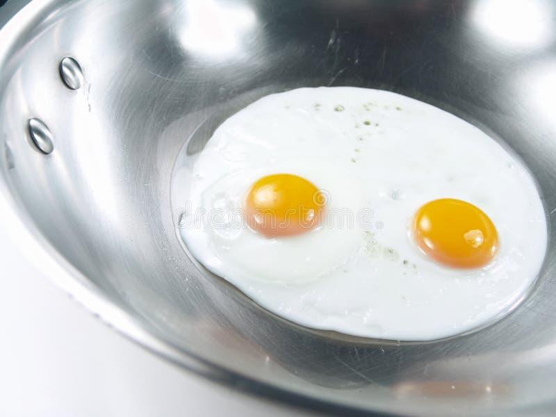 τα αυγά τηγάνισαν δευτερεύοντα ηλιόλουστο επάνω στοκ εικόνα