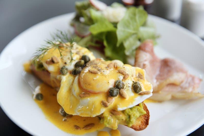 Τα αυγά Benedict έψησαν αγγλικά muffins, μπέϊκον, κυνήγησαν λαθραία αυγά στοκ φωτογραφία με δικαίωμα ελεύθερης χρήσης
