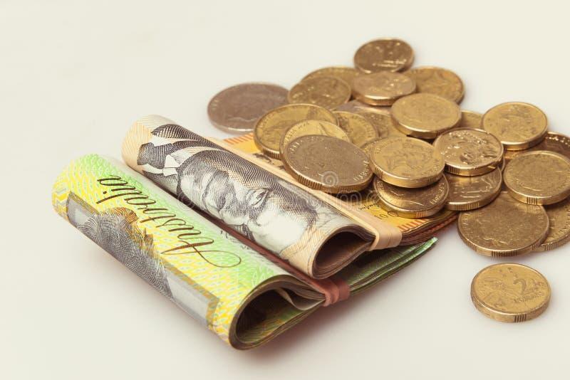 Τα αυστραλιανά χρήματα δίπλωσαν τα χαρτονομίσματα και τα νομίσματα στοκ φωτογραφία
