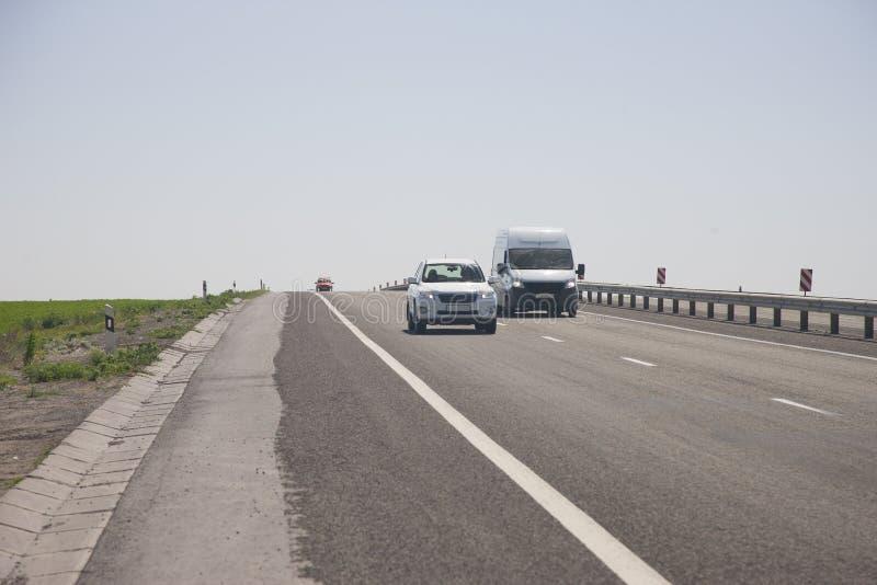 Τα αυτοκίνητα οδηγούν γρήγορα στην εθνική οδό στοκ εικόνες με δικαίωμα ελεύθερης χρήσης