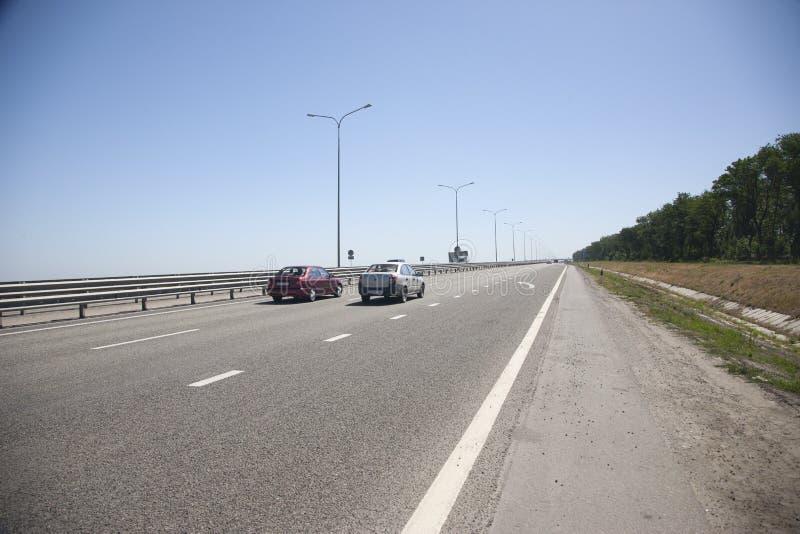 Τα αυτοκίνητα οδηγούν γρήγορα στην εθνική οδό στοκ εικόνα με δικαίωμα ελεύθερης χρήσης