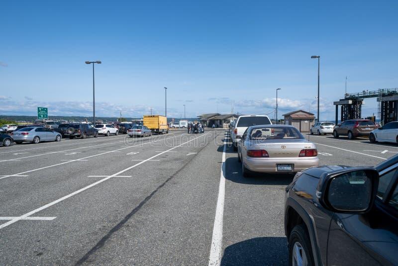 Τα αυτοκίνητα περιμένουν στις παρόδους να επιβιβαστούν στο Coupeville στο πορθμείο Townsend λιμένων στο πολιτεία της Washington, στοκ εικόνες