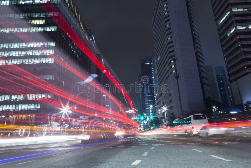 Τα αυτοκίνητα στα ελαφριά ίχνη εθνικών οδών στη Σεούλ, Κορέα στοκ εικόνα