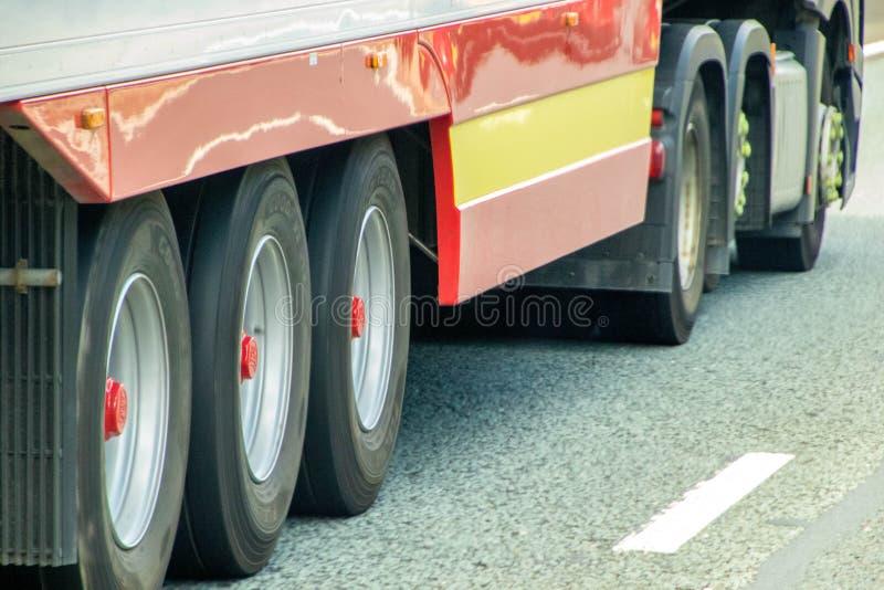 τα αυτοκίνητα τροχόσπιτων απαρίθμησαν τις διαφορετικές ρόδες οχημάτων φορτηγών truck truck ρυμουλκών τρακτέρ σειράς επιβατών ρυθμ στοκ εικόνα με δικαίωμα ελεύθερης χρήσης