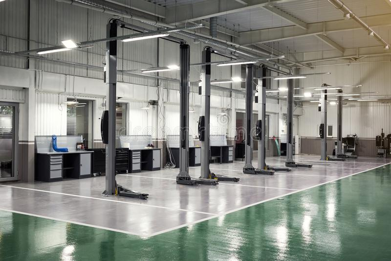 τα αυτοκίνητα φορτίου προσοχής αυτοκινήτων κεντροθετούν τους εσωτερικούς ανελκυστήρες τρία Ο ηλεκτρικός ανελκυστήρας για τα αυτοκ στοκ εικόνες με δικαίωμα ελεύθερης χρήσης