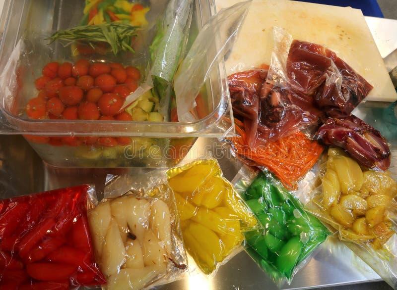Τα αχλάδια μήλων καρότων και άλλα μαγειρευμένα λαχανικά είναι κενό πακέτο στοκ εικόνες