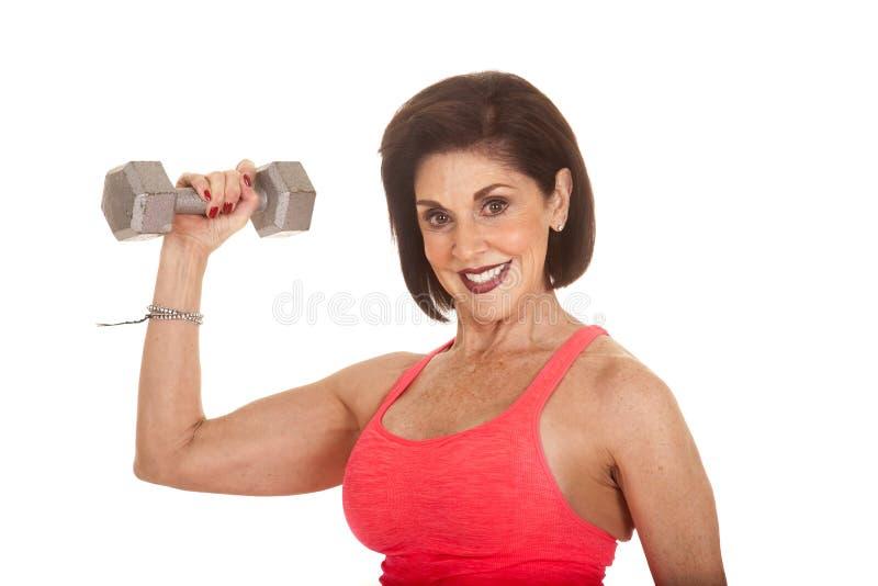 Τα βάρη ηλικιωμένων γυναικών workout λυγίζουν ενός στοκ εικόνες