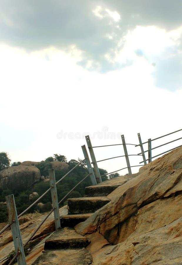 Τα βήματα λόφων στα κρεβάτια πετρών jain στο sittanavasal ναό σπηλιών σύνθετο στοκ εικόνες