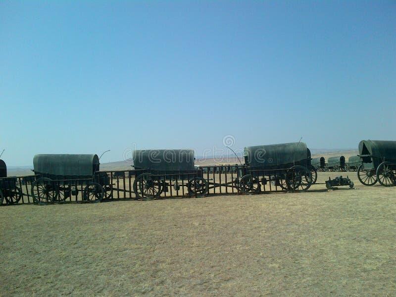 Τα βαγόνια εμπορευμάτων σε μια επίδειξη κύκλων στρατοπεδεύουν πριν από πολλά χρόνια στοκ εικόνα