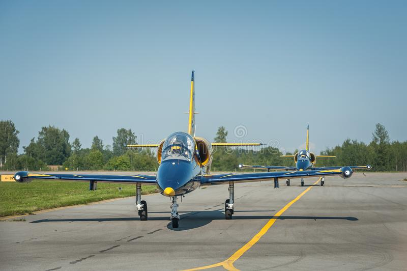 Τα βαλτικά αεροσκάφη ομάδων μελισσών κάθονται στο διάδρομο κατά τη διάρκεια της προσγείωσης στοκ εικόνα με δικαίωμα ελεύθερης χρήσης