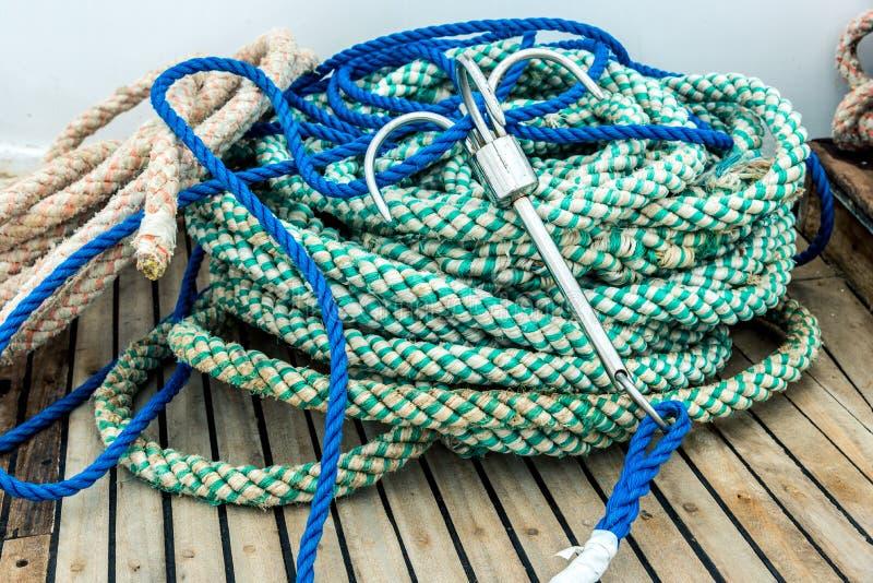 Τα βαριά σχοινιά με την άγκυρα για την πρόσδεση βρίσκονται στο σκάφος r στοκ φωτογραφίες με δικαίωμα ελεύθερης χρήσης