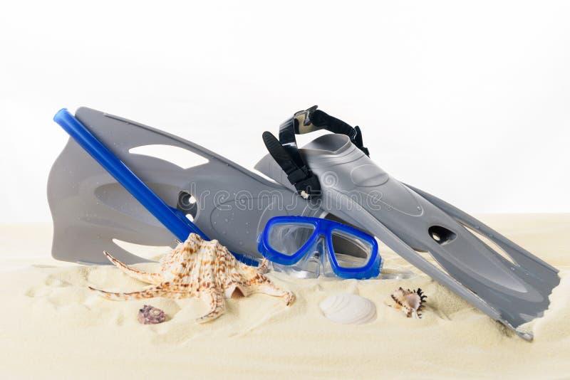 Τα βατραχοπέδιλα και βουτούν μάσκα στην άμμο στοκ φωτογραφία με δικαίωμα ελεύθερης χρήσης