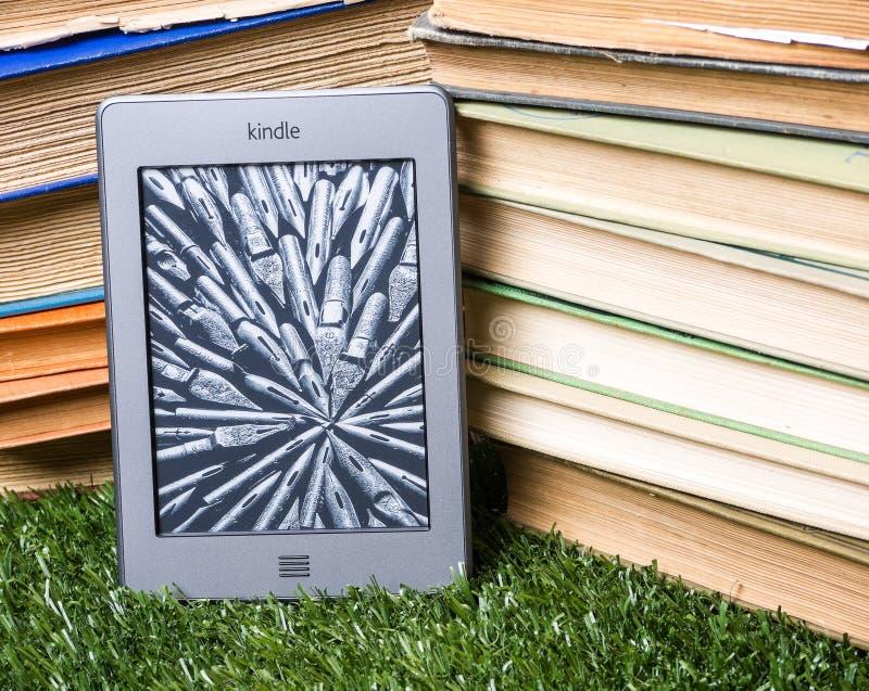 τα βιβλία ε ανάβουν την επόμενη στοίβα αναγνωστών που αγγίζει στοκ εικόνες