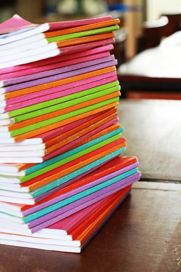 τα βιβλία χρωμάτισαν πολυ στοκ εικόνα με δικαίωμα ελεύθερης χρήσης