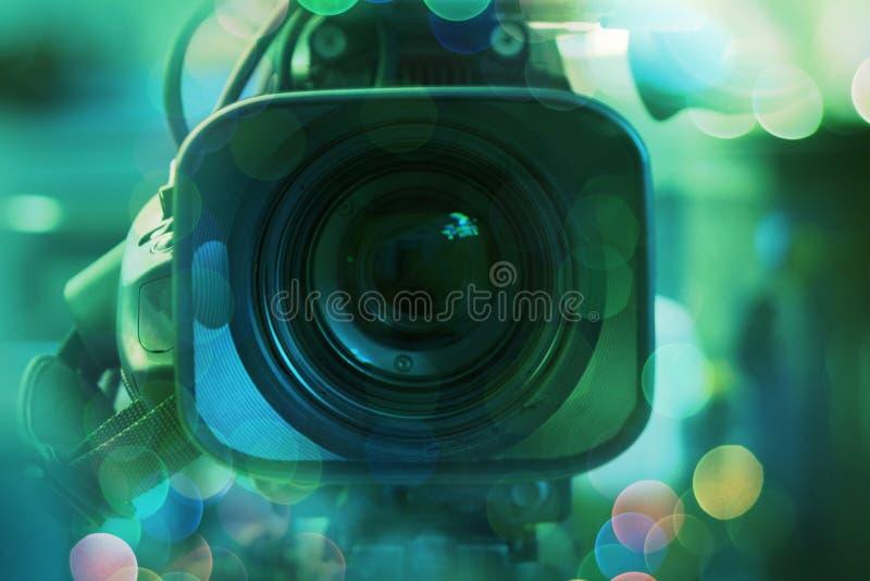 Τα βιντεοκάμερα ραδιοφωνικής μετάδοσης camcorder πίσω στη TV στούντιο παρουσιάζουν Ραδιοφωνική αναμετάδοση, παραγωγοί στοκ φωτογραφίες με δικαίωμα ελεύθερης χρήσης