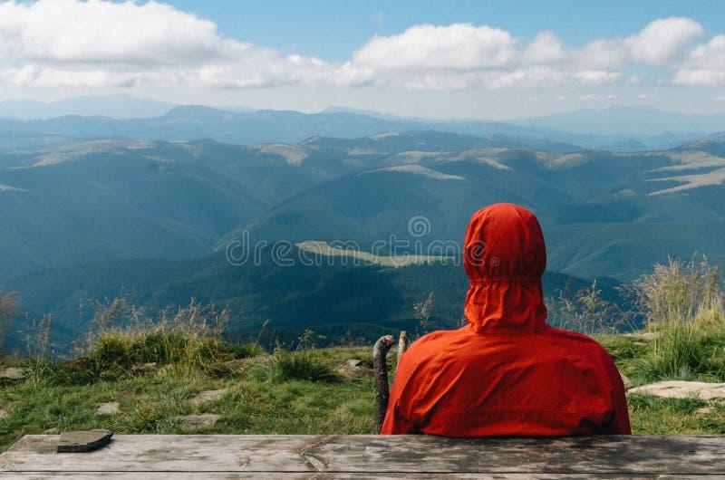 τα βουνά ατόμων κάθονται πίσω στο ρολόι στοκ εικόνες με δικαίωμα ελεύθερης χρήσης