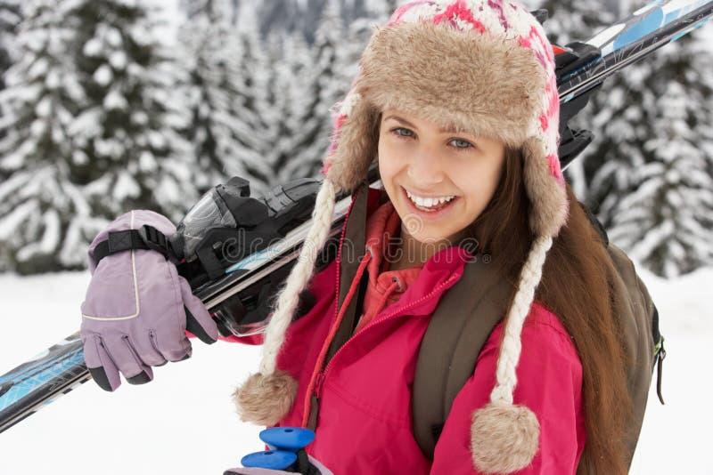 τα βουνά διακοπών κοριτσιών κάνουν σκι εφηβικός στοκ φωτογραφίες
