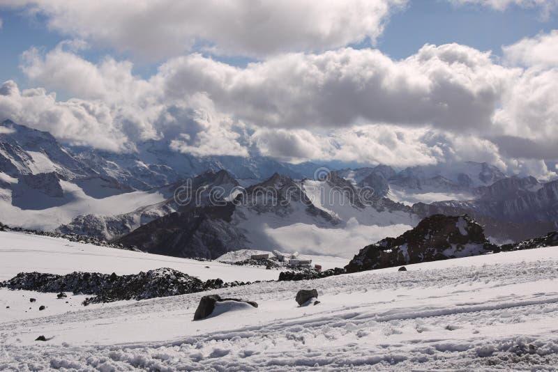 Τα βουνά και τα καταφύγια κοντά στο υποστήριγμα Elbrus, Ρωσία στοκ εικόνες