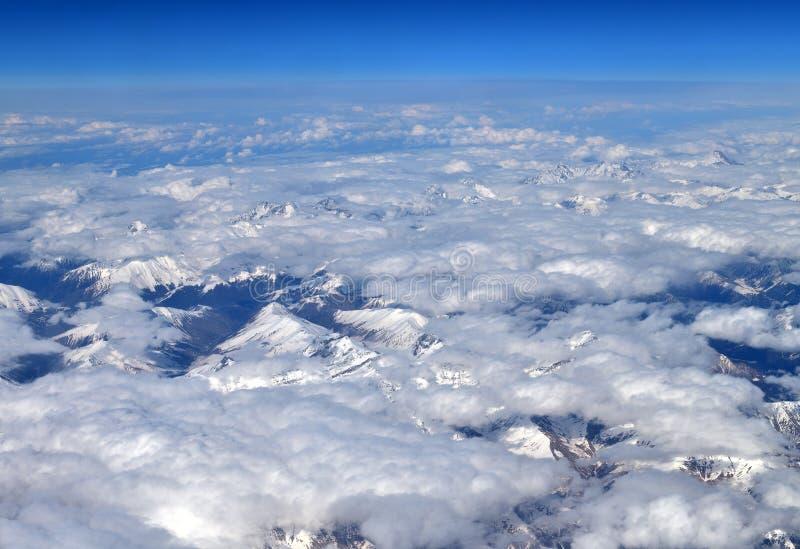 Τα βουνά Καύκασου είναι υψηλότερα από τα σύννεφα στην Αρμενία στοκ φωτογραφία με δικαίωμα ελεύθερης χρήσης