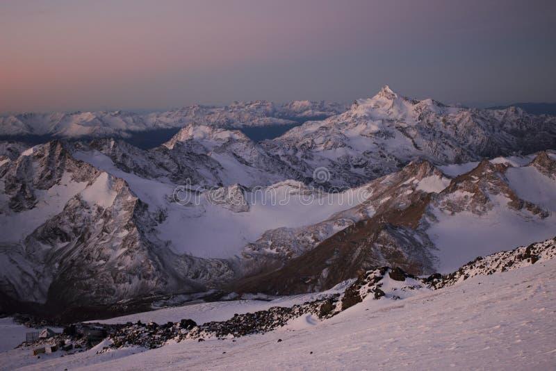 Τα βουνά Καύκασου, η άποψη από το υποστήριγμα Elbrus στοκ φωτογραφία με δικαίωμα ελεύθερης χρήσης