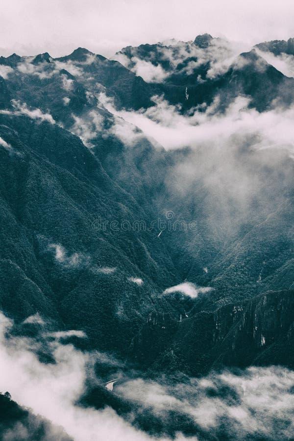 Τα βουνά των Άνδεων στην υδρονέφωση στοκ εικόνα