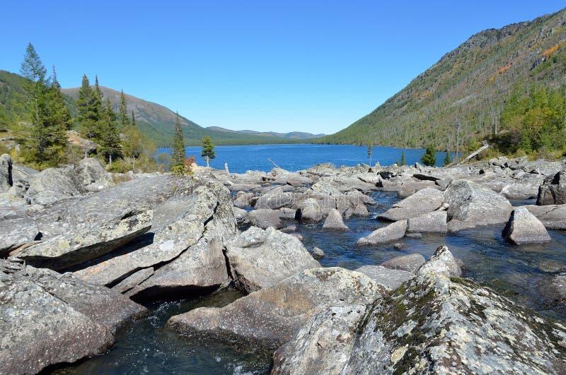 Τα βουνά Altai, οι θόρυβοι Shumy μεταξύ του χαμηλότερου Multinskoe και μέσες λίμνες Multinskoye στοκ φωτογραφίες