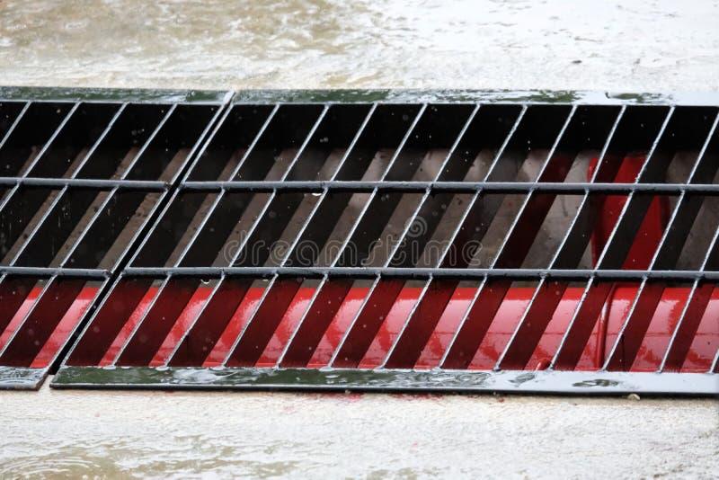 Τα γαλβανισμένα κιγκλιδώματα χάλυβα που χρησιμοποιούνται για το κλείσιμο της αποξέτευσης γύρω από το κτήριο στοκ εικόνες