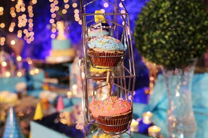 Τα γενέθλια cupcake με το πάγωμα σοκολάτας και ψεκάζουν στοκ φωτογραφία